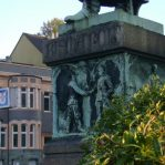Denkmal Bismarckplatz mit Kanzlei im Hintergrund