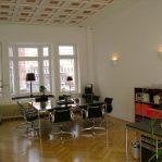 Besprechungsraum, schwarze Stühle, Parkettboden