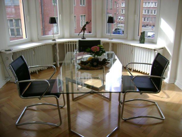 Besprechungstisch aus Glas, schwarze Stühle