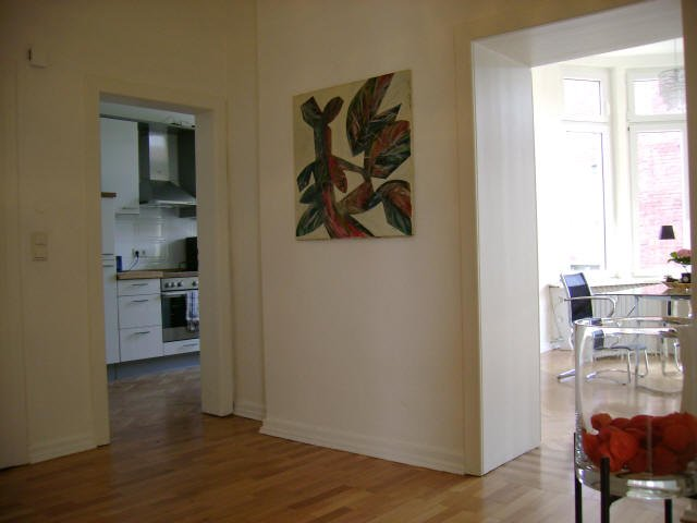 Flur mit Blick in die Küche und in ein Büro, Parkettboden