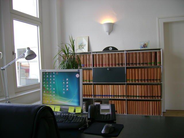 Schreibtisch von Clemens Louis, Bücherregal im Hintergrund