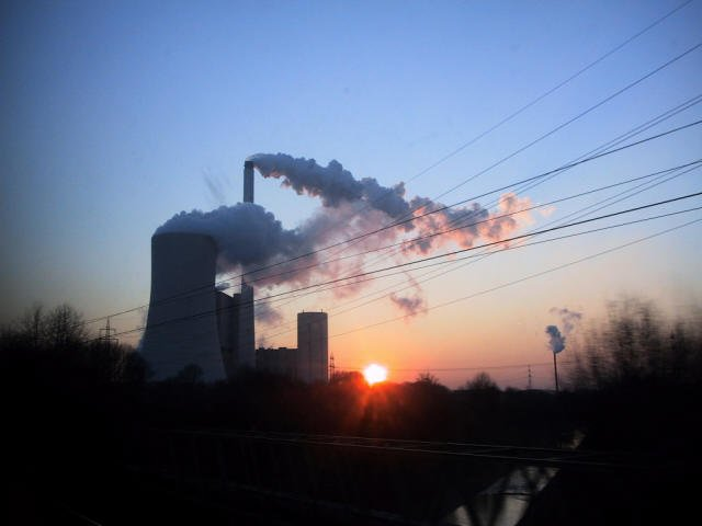 Typisches Bild im Ruhrgebiet, Schlote im Sonnenuntergang
