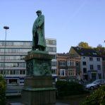Bismarkplatz mit Kanzlei im Hintergrund, blauer Himmel
