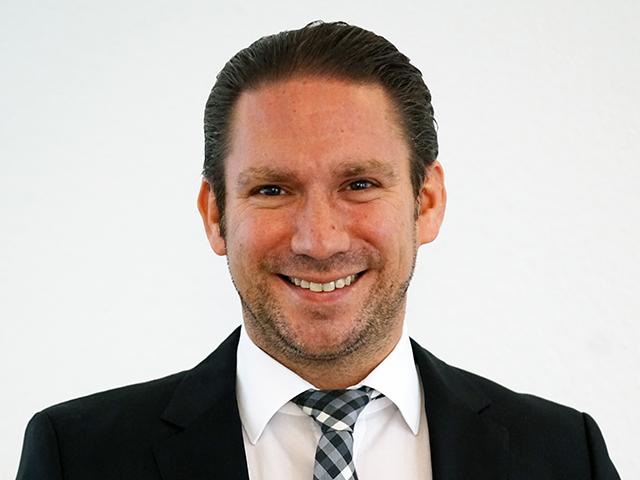 Portrait von Portrait Rechtsanwalt Clemens Louis in Essen im schwarzen Anzug