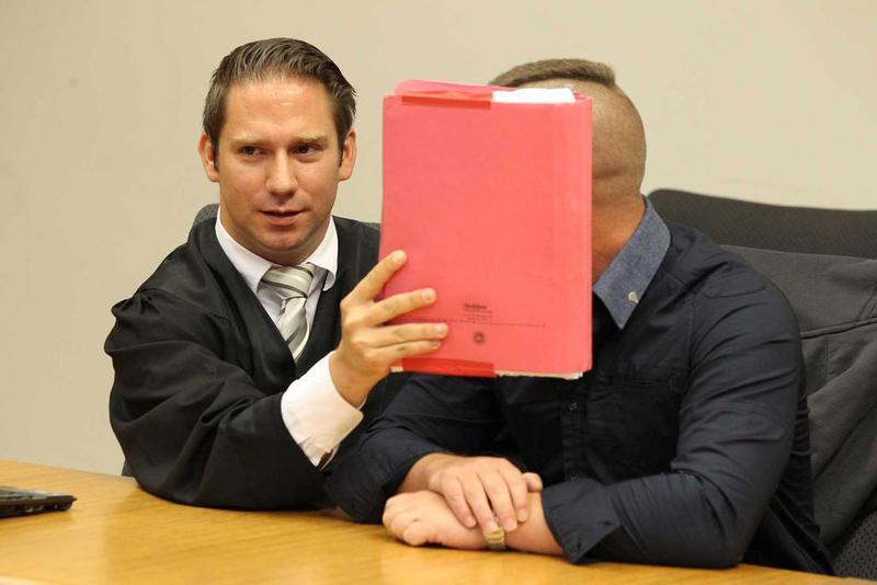 Verteidiger Clemens Louis mit dem wegen Kindesmissbrauchs angeklagten Sozialarbeiter (44). LANDGERICHT BOCHUM</strong>