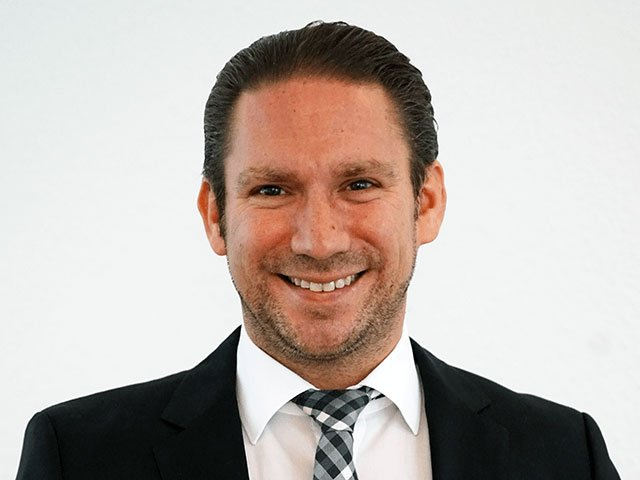 Portrait Rechtsanwalt Clemens Louis in Essen im schwarzen Anzug